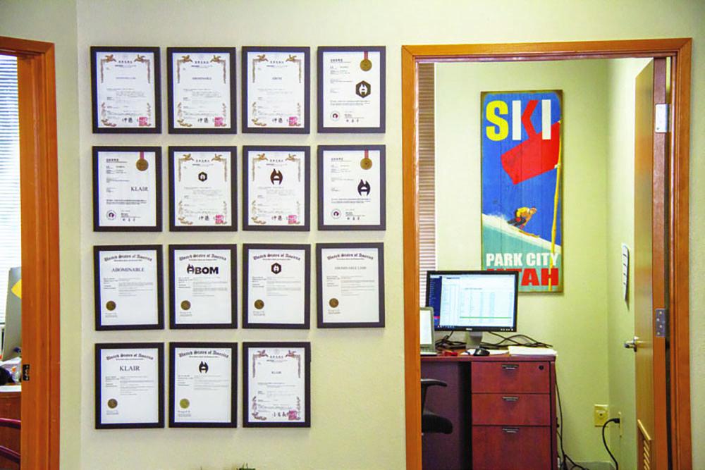 数々の特許証や賞状が飾られるオフィス