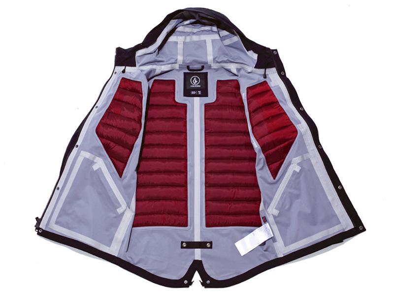 背中・胸には独自開発したダウンパネルが配置され保温性は抜群