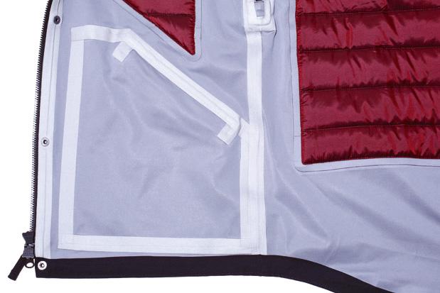 全ての縫い目にシームテープ加工を施し水の浸入を完璧に遮断