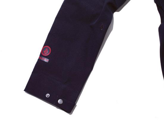 腕裾には深紅のロゴと刺繍されたブラックのストーンロゴがアクセント