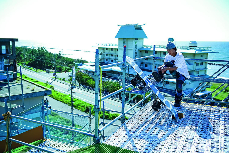 新潟・村上市にある日本海スケートパークに設置されたバグジャンプでは、父・英功さんがiPadで撮影し、すぐに映像をチェックしながら練習している Location: Nihonkai Skate Park, Niigata Photos: ONOZUKA AKIRA