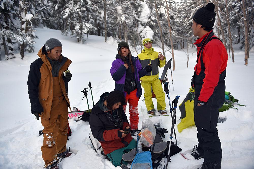 仲間たちと休憩しながら談笑。GPSで位置を確認してまた歩き続ける Photo: Yuji Kaneko