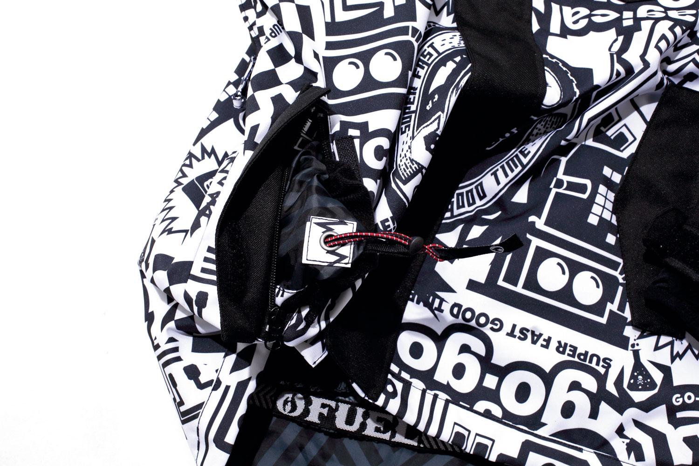 ポケット内に装備したアジャスターコードで裾をめくらずに締め上げることが可能