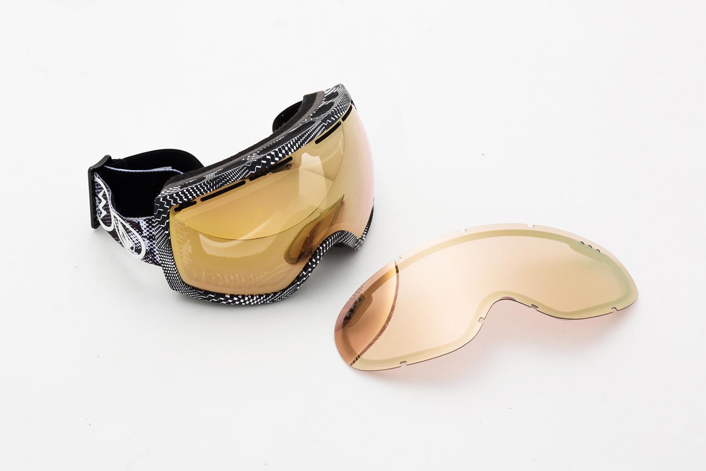 これがNEW JAPANレンズである、ブローズライトゴールドクロームレンズ着用のVOLCOMコラボゴーグルと、平面レンズ単体