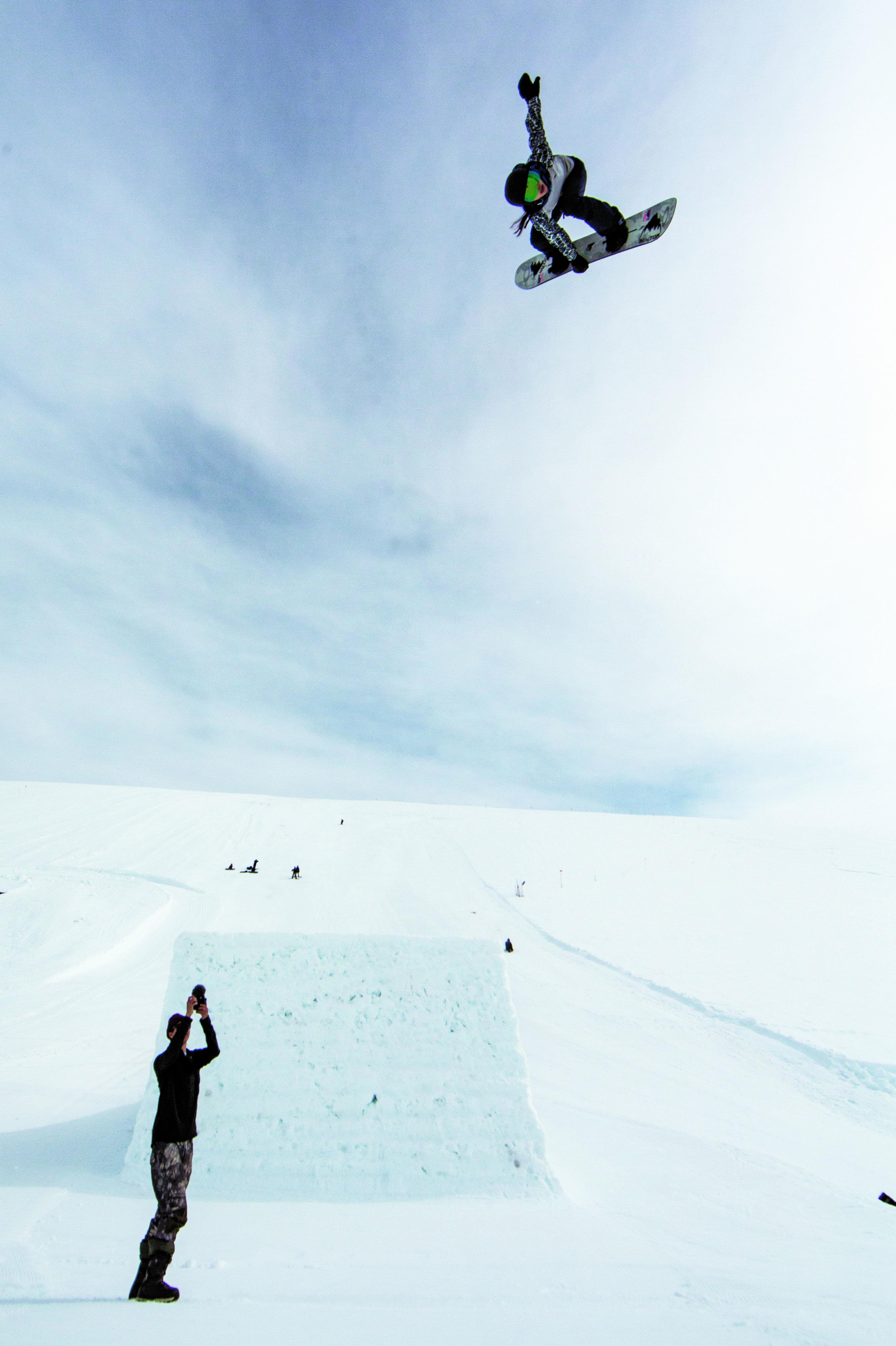 リップから勢いよく飛び出した自信と楽しさに溢れた一枚。大会とは違うジャンプセッションという環境で、自分らしいスノーボードを余すことなく表現する Location: Canada,AB,Sunshine Village VIEWS FROM THE VILLAGE Photo: Erin Hogue
