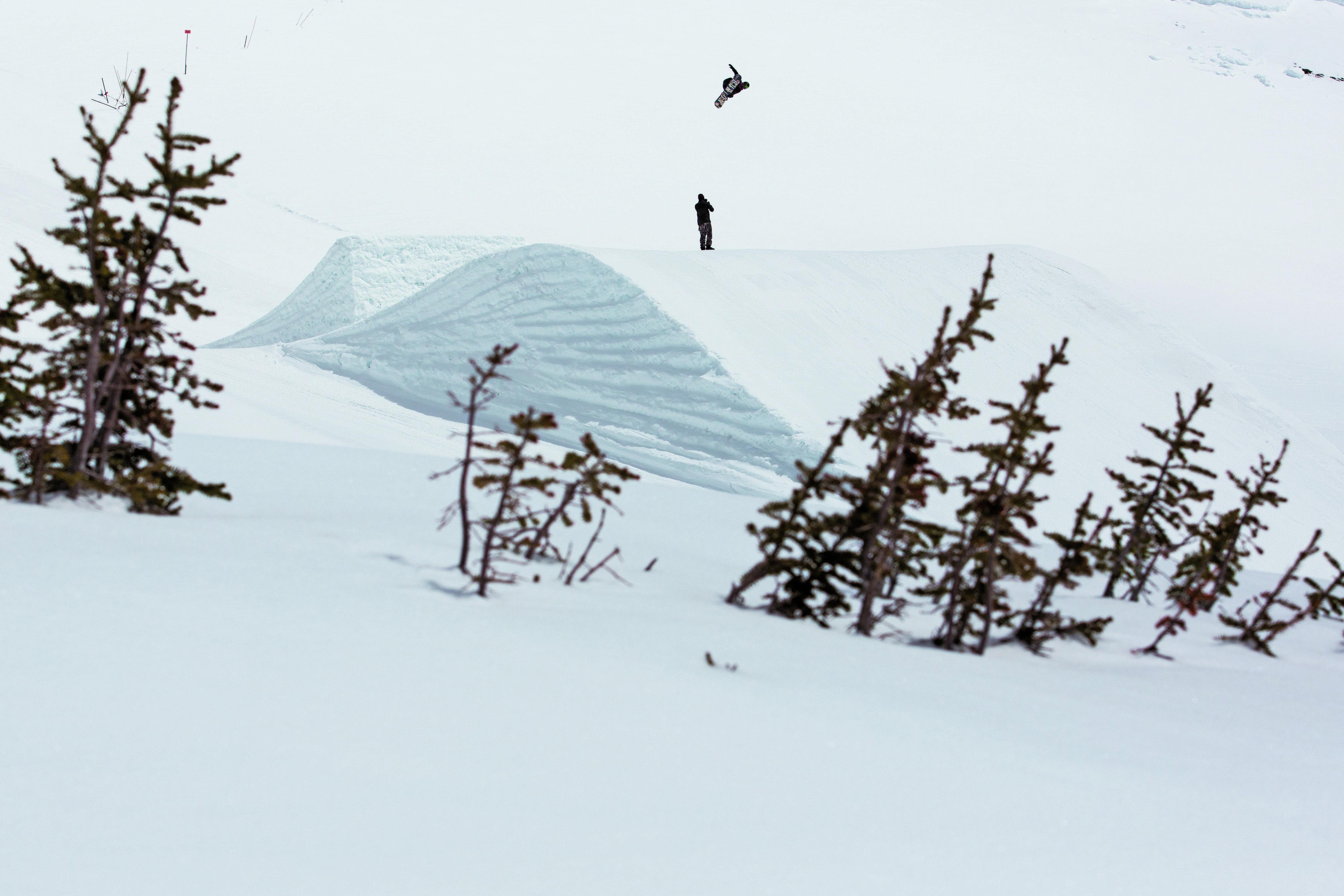 悪天候が続きわずかな晴れ間を狙いながら行われたジャンプセッション。貴重な撮影時間に極限の集中力で確実にフッテージを残す Location: Canada,AB,Sunshine Village VIEWS FROM THE VILLAGE Photo: Erin Hogue
