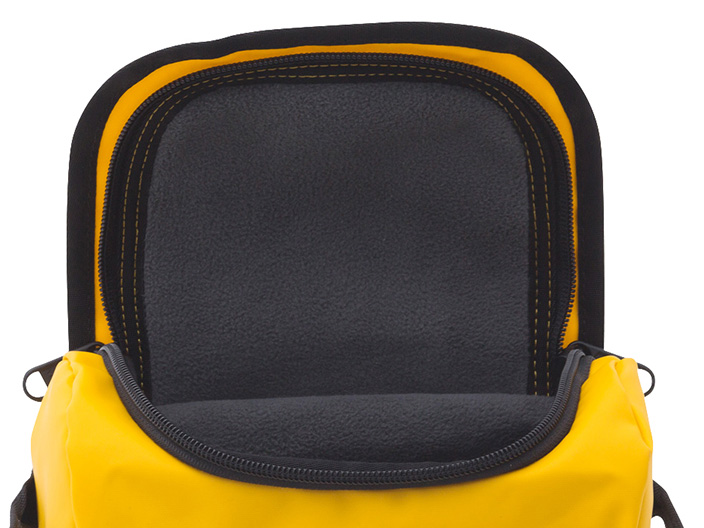 ゴーグルバッグの内側は、レンズが傷つかないようにフリース素材が採用されている
