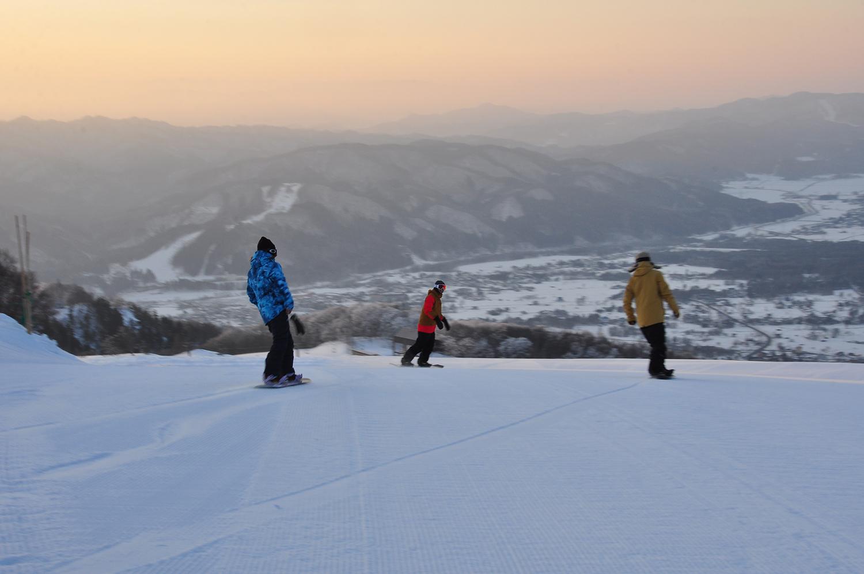 誰もいないゲレンデをキャット(雪上車)に乗って山頂へ。乗車20分で絶景の山頂へ!