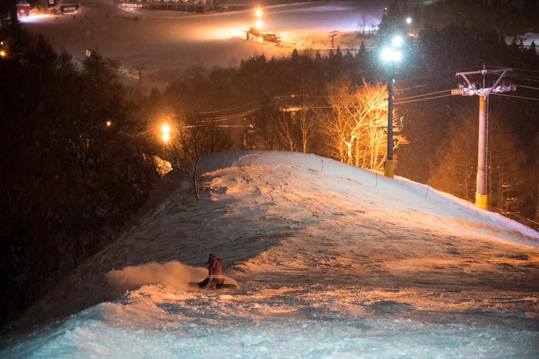 夜のゲレンデは照明で起伏が良く見えるから、地形で気持ち良く遊べる。 Yukie Ueda Photo: Takahiro Nakanishi