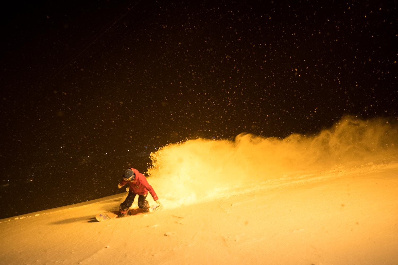 夜になると更に雪は軽くなり、フワフワと舞い上がる。 Mari Mizukami Photo: Takahiro Nakanishi