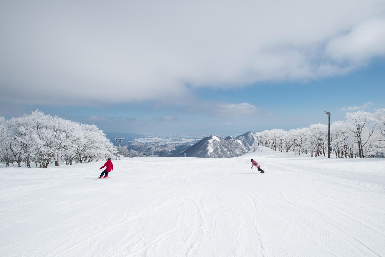 長い距離を爽快に飛ばせる朝の圧雪バーンは最高!  Yukie Ueda, Mari Mizukami Photo: Takahiro Nakanishi