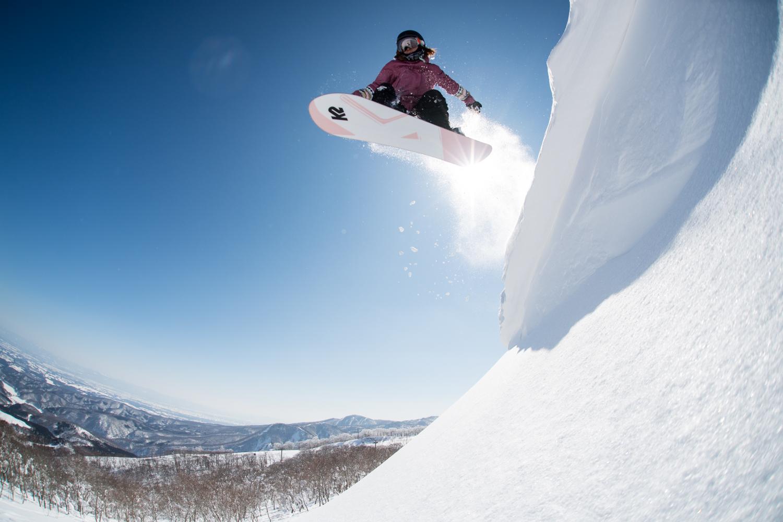 やっぱり飛ぶって気持ちいい!スノーボードは空を飛ぶ魔法のホウキだ。 Yukie Ueda Photo: Takahiro Nakanishi