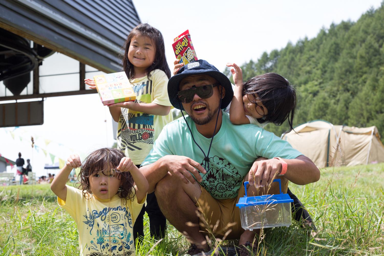 ヤナギサワさん  友達に誘われて新潟から初めて来ました。規模とかもコンパクトで近いし、全体的にゆるくていいですね。普段はスノーボードをしていて、仲間の家族と一緒に来ました。一緒に写ってるのは、僕の娘と仲間の子供たちです。