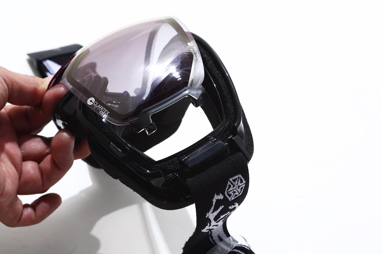 レンズをポップアップさせてレバーを作動させると、レンズが簡単にリリース。レンズ交換やメンテナンスも簡単に行える