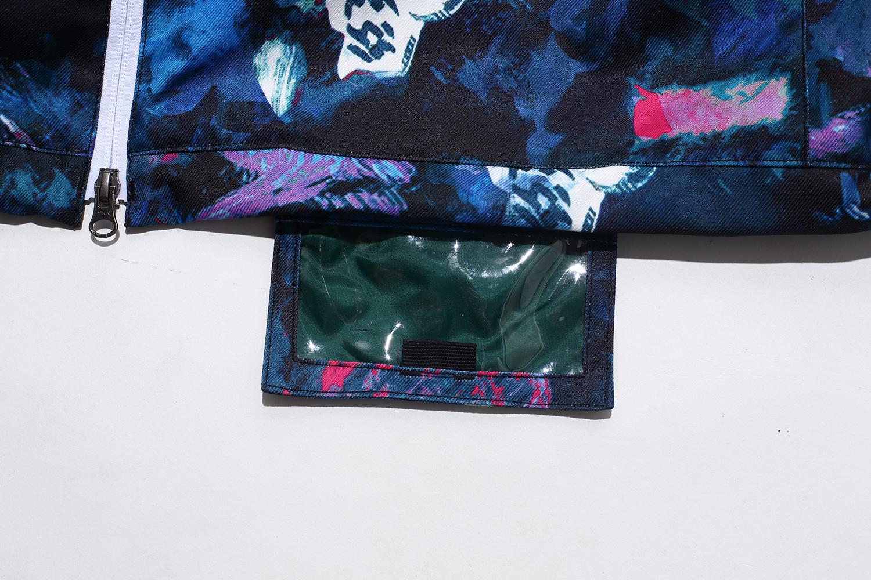 裾裏に装備されているパスケースは、マジックテープを外して使えばとても便利