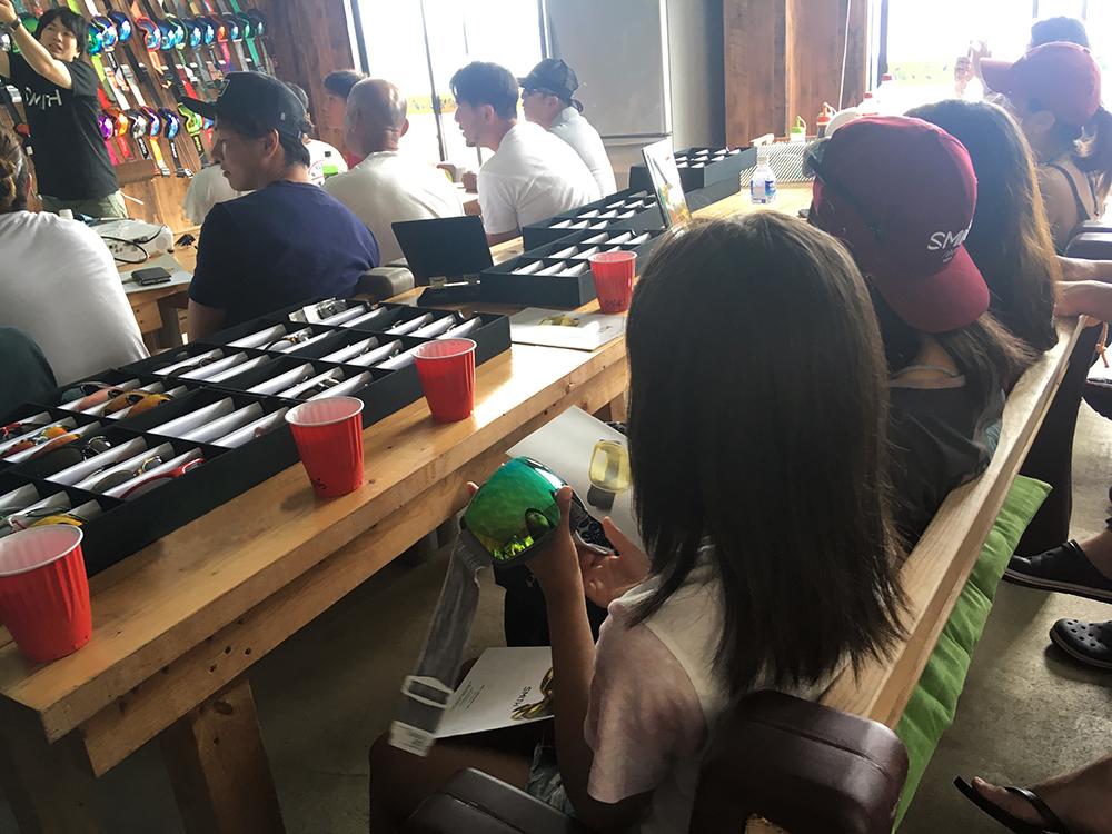 目の前のテーブルにはいつでも手に取れるように、ゴーグルやサングラスがセッティングされています