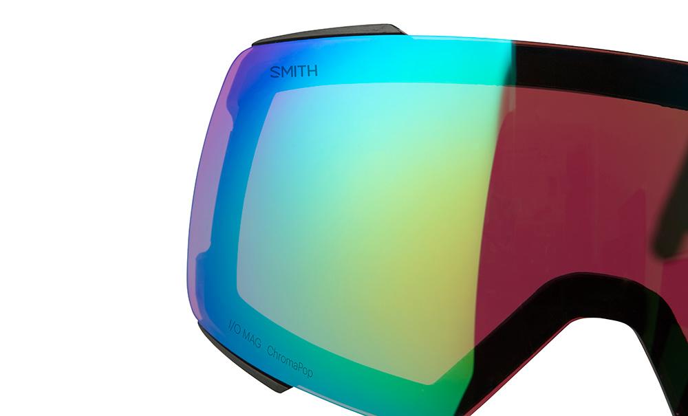 レンズの両端にはプラスチックの保護グリップを装着。この工夫がレンズの着脱時に発生する傷を防止し、レンズ面を汚さずに交換することを可能にする