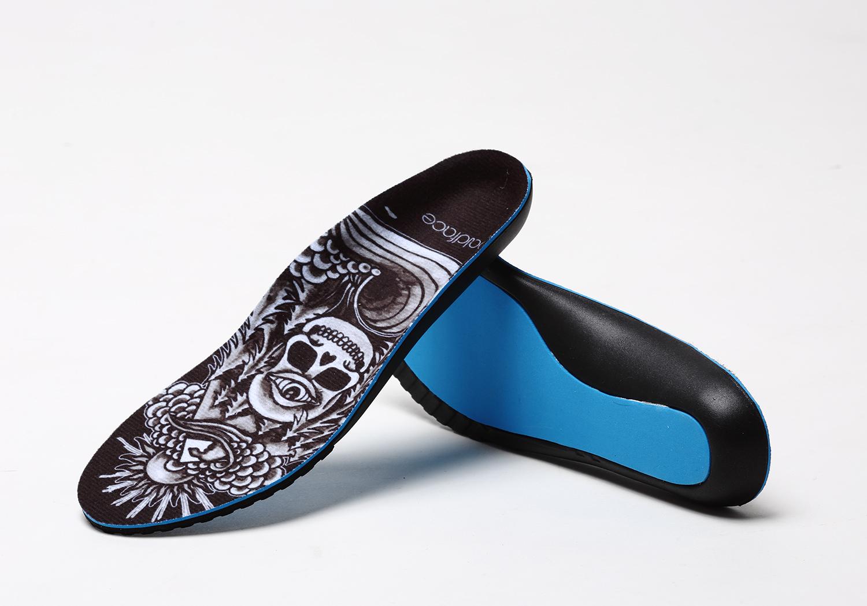 足裏全体を包み込むようなフォルムは使い始めることで自然と自分の足形にフィット。ボードコントロールの感触を損なわず、衝撃を吸収し、足のバランスを整え理想的な姿勢を維持する