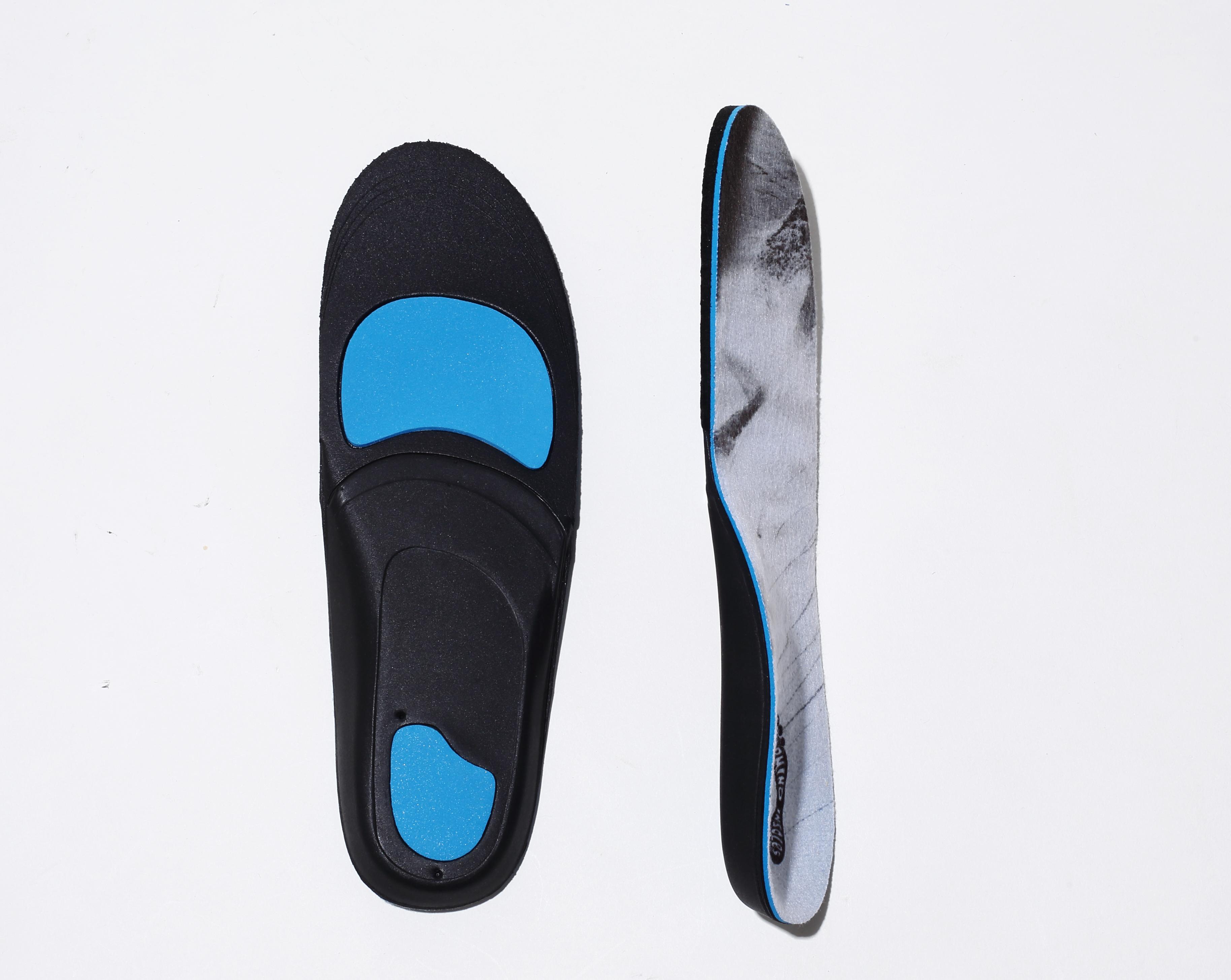 CUSHとDESTINでは衝撃が最も加わりやすい足指の付け根部分とかかとにブルーマジックを配置(写真はCUSH)。CUSHはスノーボーダー、スケーターと幅広くサポート。DESTINは最 薄モデルで足裏感覚を重要視するスケーターに人気だ