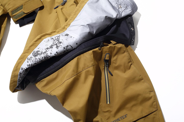ウエアのジャケットとパンツをジッパーで繋ぎ雪の侵入を防ぐZIP TECHを採用。派手なライディングや転倒でも完全に雪をシャットアウト