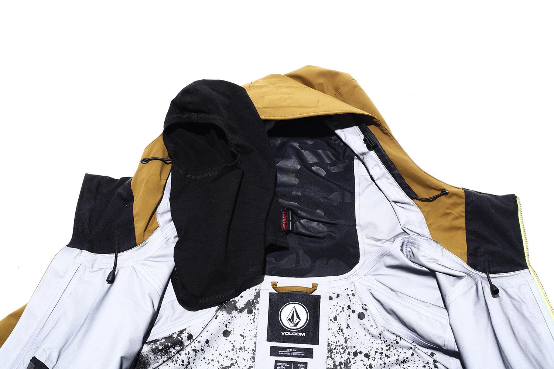 ジャケットのフード内部には取り外し可能なバラクラバが収納されている。降雪や晴天などコンディションに合わせて使い分けが可能だ