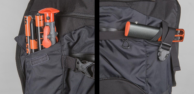 ショベルやストック、プローブがすっぽりと収納可能なベスト背面。脱着可能なダウン入りフードも収納されている