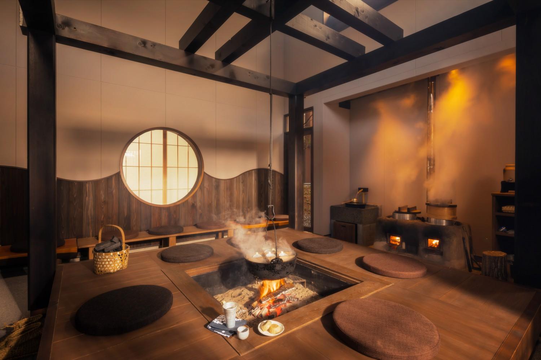 ▲土間、囲炉裏、かまど 家族や友人が集う場所。薪が燃えてはぜる音、オレンジ色の火の灯り、鍋から立ち昇る湯気の揺らぎ──暖かみにあふれる特別な空間。