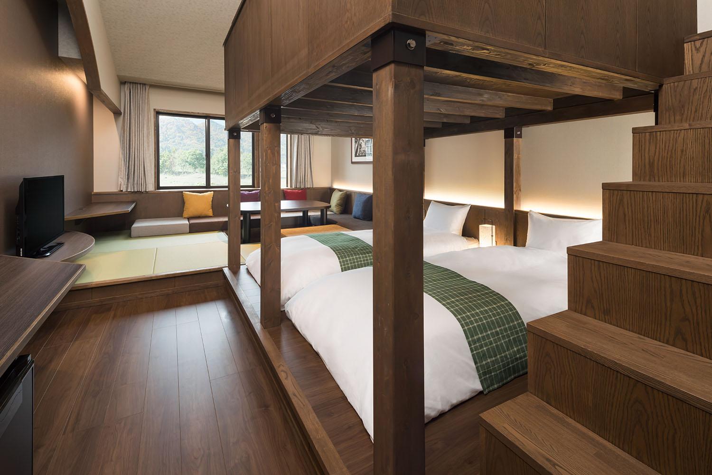 ▲ロフト付き和室 最大4名まで泊まれる「ロフトベッド」付きの和室(内風呂なし / レインシャワーのみ)。家族やグループでの利用に最適。天井が高く明るい雰囲気のリビングでゆったりと過ごせる。