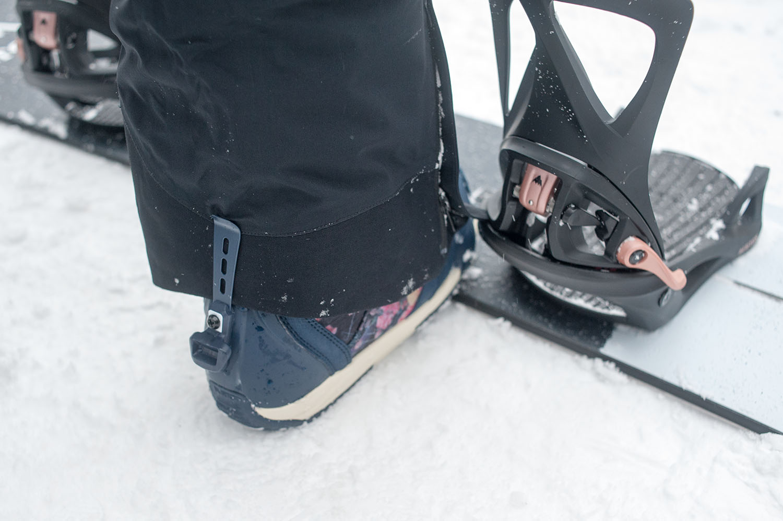 これまでのバインディングとの最大の違いがこれ。Step On®はブーツのかかと部分にロック機構があるので、ここにウェアを巻き込んでしまうと破れてしまうこともある。