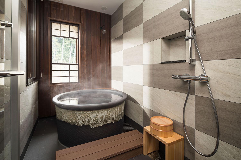 ▲温泉内風呂付き和室 杉板の壁の浴室に、雪山を思わせる色合いの信楽焼の浴槽を配した温泉付きの客室。プライベートな空間で「信州の田舎風呂」を満喫できる。プラス1ベッドで3名まで泊まれる。
