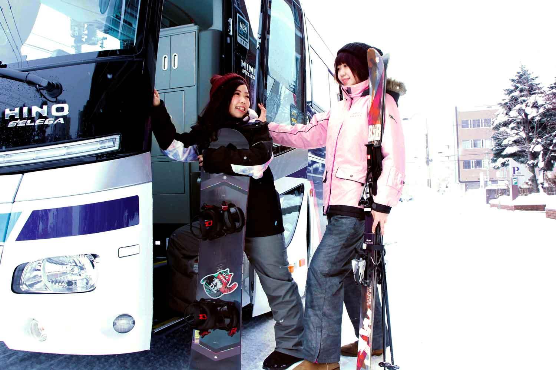 ▲ホテル送迎バス 各スキー場へはもちろん、『旭川空港(所要時間約50分)』『新千歳空港(所要時間約160分)』『旭山動物園(所要時間約30分)』への送迎バスもある。