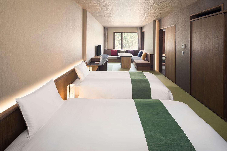 ▲和室 ツインタイプ(内風呂なし / レインシャワーのみ)。プラス1ベッドで3名まで泊まれる。各部屋ごとにデザインは異なるが、どの部屋でも玄関とベッドサイドには松崎和紙のやわらかな灯りがともる。