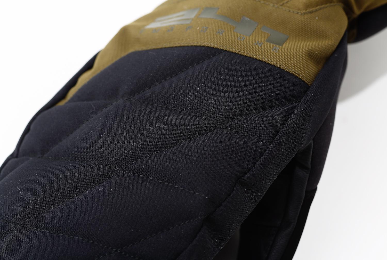 デッドエアを内包できるように適度にゆとりを持たせたフォルム。甲部分にキルト材、中綿は保温性高いPRIMALOFT® SILVER insulation ECOを採用したQUILTING MITTENS
