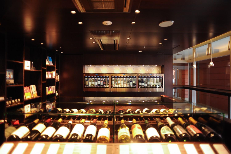 ▲土地のワインを堪能するリゾートホテル 『リゾナーレ八ヶ岳』は、日本有数のワインの宝庫として知られる施設の立地を活かした「ワインリゾート」でもある。「シャルドネ」「メルロー」「ピノ・ノワール」など、様々なワインを味わえるのはもちろん、醸造所の見学など、ワインにまつわる文化も体験できる。