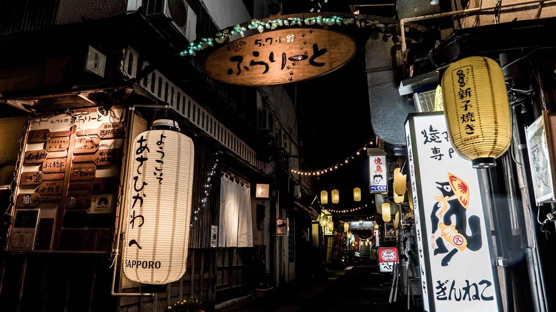 ▲小路ふらりーと ホテルからすぐ。昭和初期の雰囲気が色濃く残る『ふらりーと』。居酒屋、炉端焼き、おばんざい店などを巡り、こだわりの一品をハシゴするのが旭川のローカルスタイル。