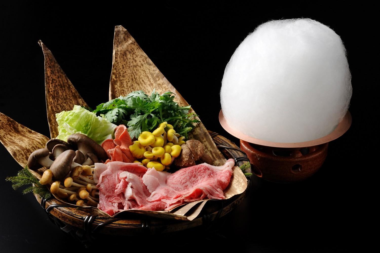 ▲夕食:雪鍋会席 アルプスの雪どけをイメージした和会席。鍋の上に盛られた綿あめを割り下で溶かして食す「すき焼き鍋」。旬の野菜と肉を味わう名物料理。