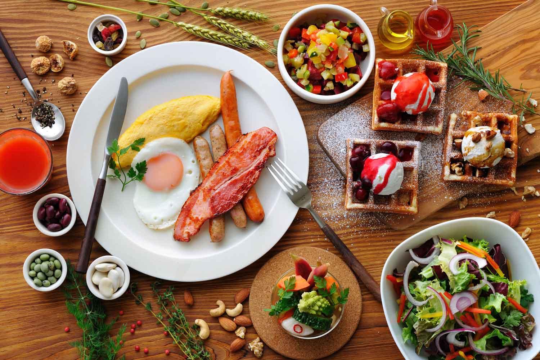 ▲朝食ビュッフェ 06:30~09:30。彩り豊かなメニューで目が覚める。目の前で焼き上げてくれるワッフルには食事タイプとスイーツタイプがあり、好みのトッピングで楽しめる。20種類以上のホテルベーカリーや、道民が愛するご飯のお供「山わさび」も