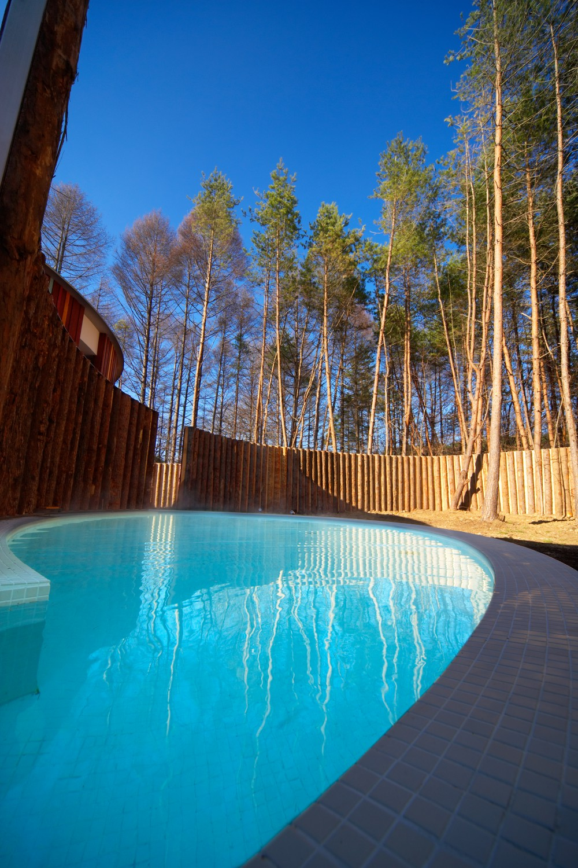 ▲もくもく湯 森に囲まれた屋外温浴施設。木々のぬくもりと澄んだ空気の中で心と身体を解放できる。営業時間:07:00~10:00(2019年1月15日~1月24日まではクローズ)。