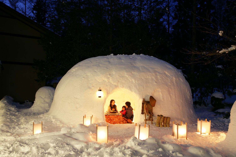 ▲「かまくら」と「雪室」 雪室は古くから伝わる天然の冷蔵庫。よく冷やした地酒をかまくらの中で、あるいは囲炉裏端で。昔ながらの信州の冬を体感できる/期間:2019年1月下旬~2月下旬。