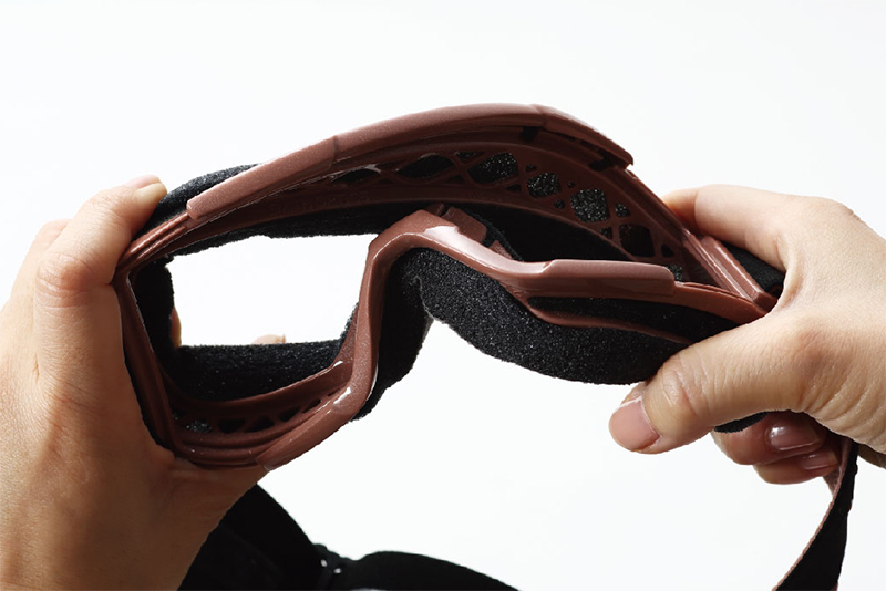 フレーム自体が柔らかくフレキシブルに変形するため、顔の形に合わせて自在にフィットする