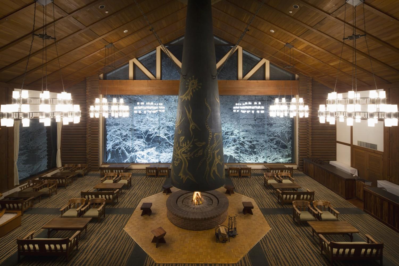 ▲森の神話 岡本太郎作の大暖炉が印象的なラウンジ。雪景色を眺めながらランチ、オリジナルのスイーツ、コーヒーなどを味わえる。夜は暖炉の火のある落ち着いた雰囲気のバーになる。