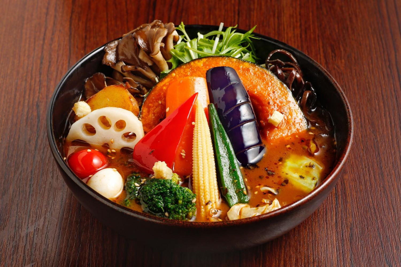 スープカレー「GARAKU(ガラク)」 「コク旨×秘伝スパイス×和風ダシ」がコンセプトの、スープカレーのお店。トマムの自然豊かな森をイメージし北海道の食材をふんだんに使用した、旨みたっぷりのスープカレーを味わえる