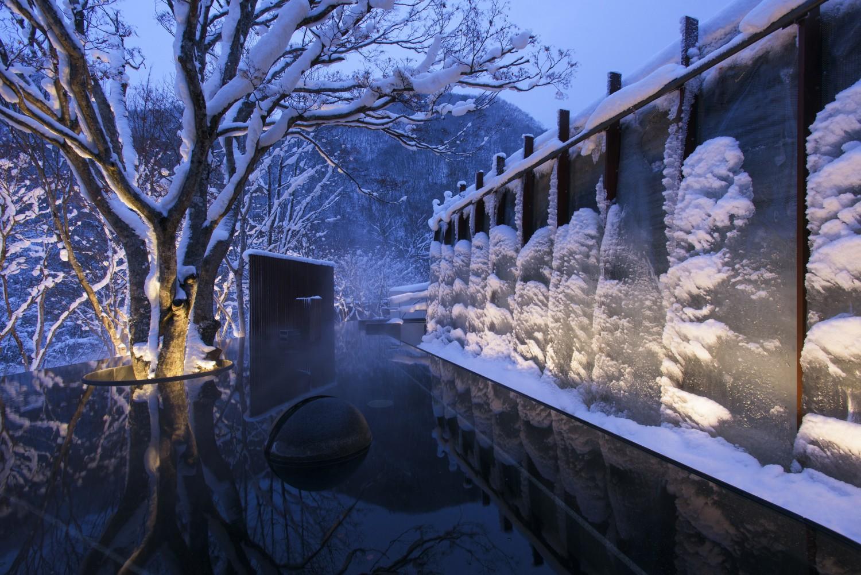 ▲氷瀑の湯 世界初、国内唯一、氷瀑がそびえる露天風呂。温泉で暖まりながら奥入瀬渓流の冬景色を眺めれば、そこは超自然的極楽に。06:00~24:00。