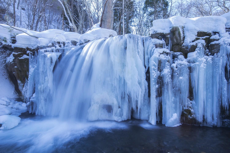 奥入瀬渓流上流の銚子大滝をはじめとする氷瀑や氷柱のあるエリアにシャトルバスで赴き、レンタルのスノーシューに履き替えて目的地へ。冬にしか立ち入ることのできない場所にスタッフが案内してくれる。冬の自然の芸術を間近に観賞できる。 ▶︎期間:2019年3月30日まで/時間:①10:00~11:30 ②13:00~14:30/宿泊者無料