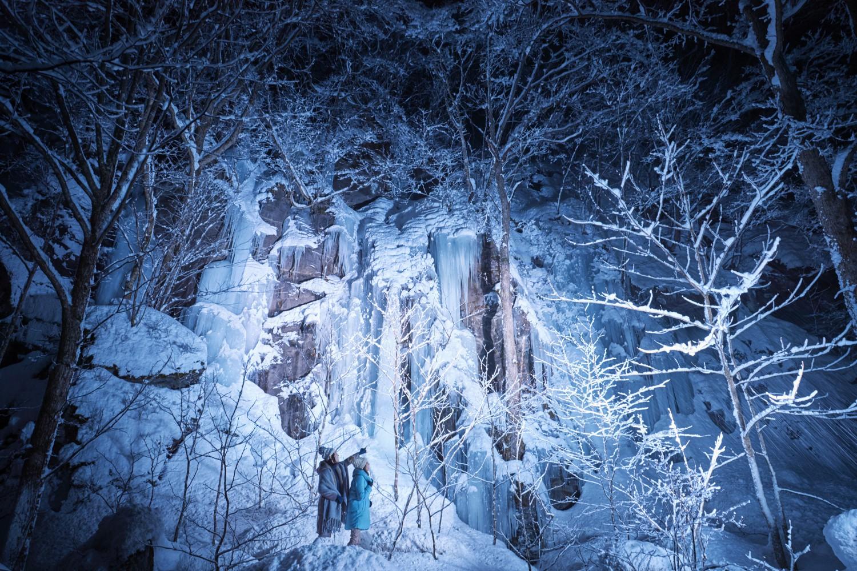 シャトルバスに乗って夜の奥入瀬渓流へ。馬門岩(まかどいわ)、千筋の滝(せんすじのたき)、三乱の流れ(さみだれのながれ)の3ヶ所でライトアップされた氷瀑や氷柱を観賞する。暗闇に映えるその景色は幻想的で、自然が作り出す超自然的景色のようでもある。 ▶︎期間:2019年3月17日まで/時間:①18:00~19:00 ②19:30~20:30 ③20:40~21:40/大人 1,080円・小学生 540円。