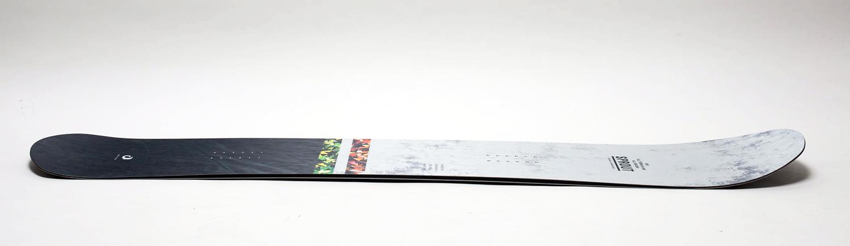 フルキャンバーで実にしっかりしたターンを楽しめそうなシェイプ。ノーズ、テールのキックは控えめ。特にカービング系のボードでは絶対的な信頼性のあるOGASAKAの技術を活かした絶妙なデザイン