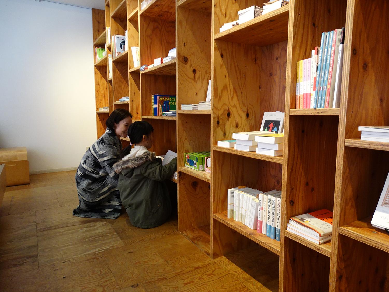 大人からキッズまで、お気に入りの一冊を探せる落ち着いた雰囲気のBOOK STORE