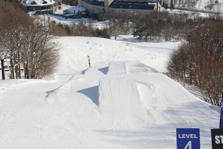 10m級ジャンプが楽しめる「モンスターパーク」の連続キッカー。安全性もバツグンです