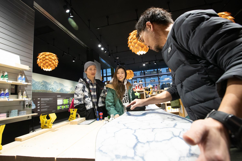 一階にあるアウトドアショップ「iGATE IKEUCHI asahikawa」で翌日の雪質に合わせてワックスを入れてもらう。店長の○○○さんは地元のスノー情報を熟知していて、なんでも的確に教えてくれる頼りになる人。