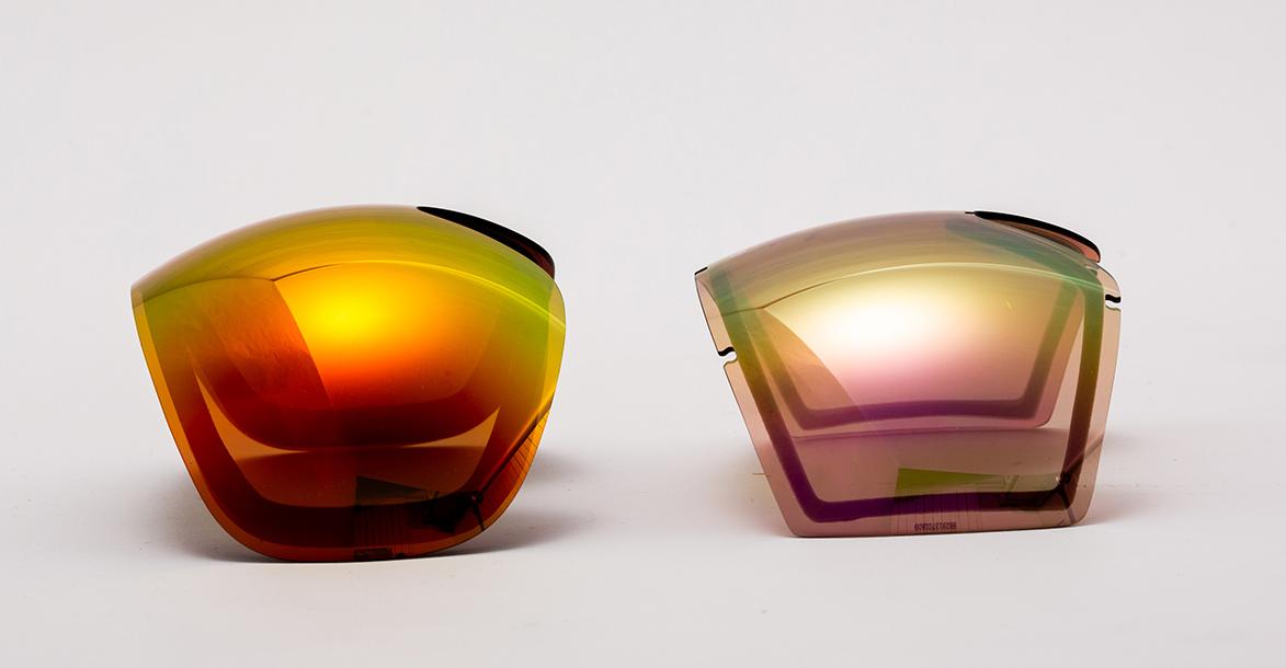 EG3(左)とEGG(右)のレンズを比較 完全球面レンズのEG3とEGGのTORICレンズを並べて撮影した。EGGのレンズのセンター部分がフラットになっているのとレンズサイズの小ささは、写真でも一目瞭然だ。